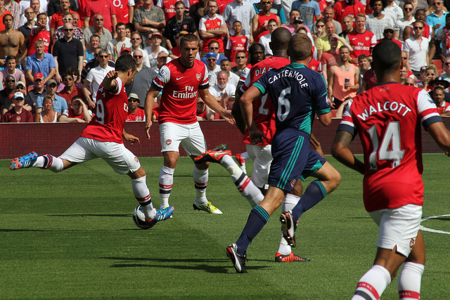 Santi Cazorla goes for goal in Arsenal and Sunderland's goalless draw. Photo: Ronnie Macdonald