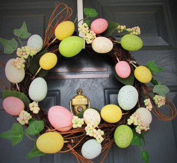 You can personalise your Easter wreath to suit your home. Photo: Sharon/Flickr.